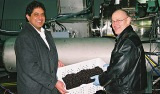 Dave Sandhu (Links), President von CAL-SAN Enterprises, und Dr. Tim Durance (Rechts), Co-CEO von EnWave, mit getrockneten Heidelbeeren vor der nutraREV(TM)-Anlage