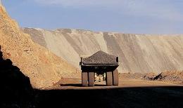 LKW transportiert Material auf der Twin-Creek-Tagebaumine von Newmont Mining