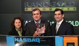 Dr. Mark Bristow (Mitte), CEO von Randgold Resources Limited schmiedet große Pläne