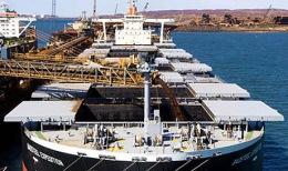 Beladung eines Eisenerzfrachters in Australien