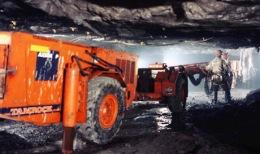Bleskop Schacht der Platinmine Rustenburg von Anglo American in Südafrika - maschinelle Deckenverstärkung untertage