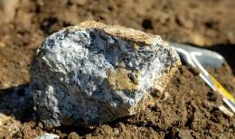 Frisch gebrochenes Karbonatit, vom Blue-River-Projekt der Commerce Resources einer Zimtu-Kernbeteiligung