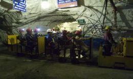 Minenarbeiter unter Tage auf dem Weg zur Arbeit auf der Bolanitos-Mine von Endeavour Silver