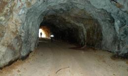 Eingang zu einer Wolfram-Mine; Foto Deutsche Rohstoff AG