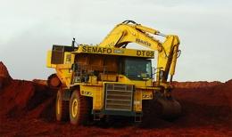 Truckbeladung auf einer Mine von Semafo; Foto: Semafo
