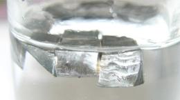 Lithium (zum Schutz vor Oxidation in Paraffinöl); Quelle: Von Tomihahndorf in der Wikipedia auf Deutsch