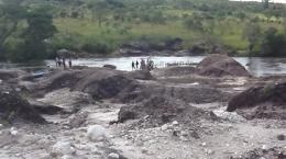 Einheimische, die erfolgreich Kleinstbergbau auf dem Dala-Projekt betreiben; Foto: Gem International Resources
