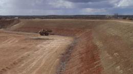 Rückhaltedamm der Abraumflächen der Matilda-Mine; Foto: Blackham Resources